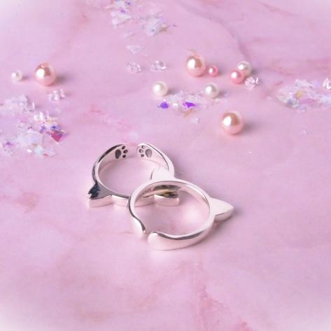 肉球まで表現した可愛らしいデザインのリングです。